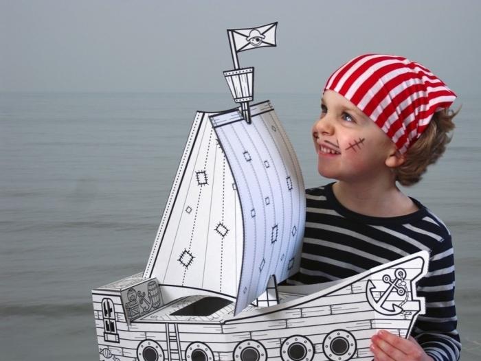 Bateau-jouet-pirate-en-carton