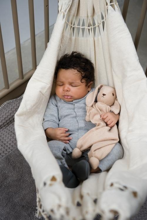 bebe-fait-la-sieste-dans-un-hamac-ecru