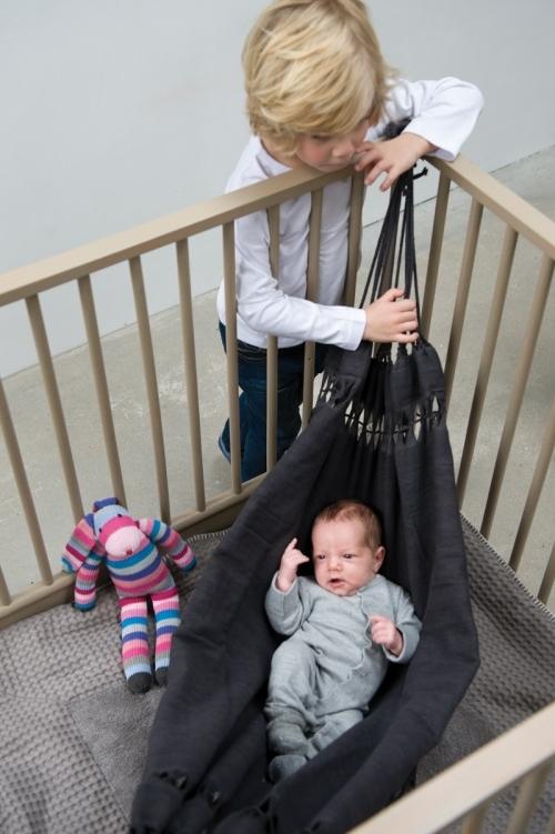hamac-gris-bebe-dans-son-parc