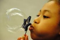 Kiko-bulles-savon-fillette