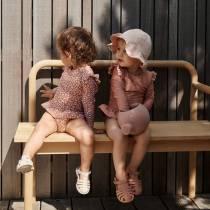 liewood-arroser-le-jardin-avec-son-arrosoir-enfant