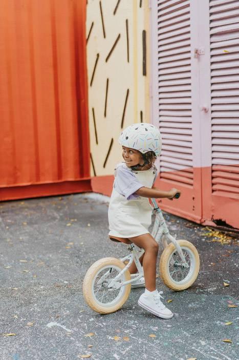 casque-pour-enfant-blanc-avec-motif-couleurs