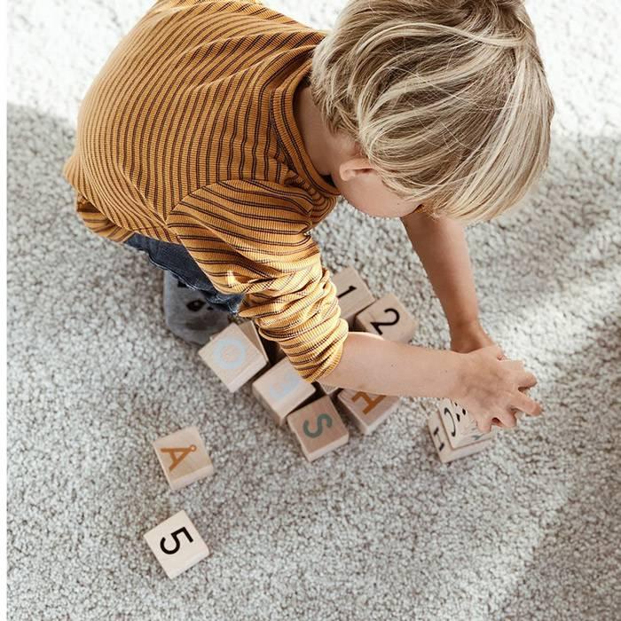 apprendre-alphabet-chiffres-cubes-en-bois