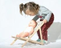 Fillette-chaise-longue-pour-poupees