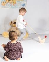 otarie-jouet-a-pousser-et-enfant
