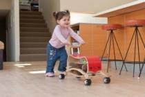 bebe-apprend-a-marcher-en-poussant-le-flip