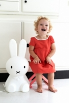 petite-fille-lampe-miffy