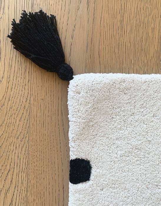 tapis-pour-chambre-enfant-decoration-pois-noirs