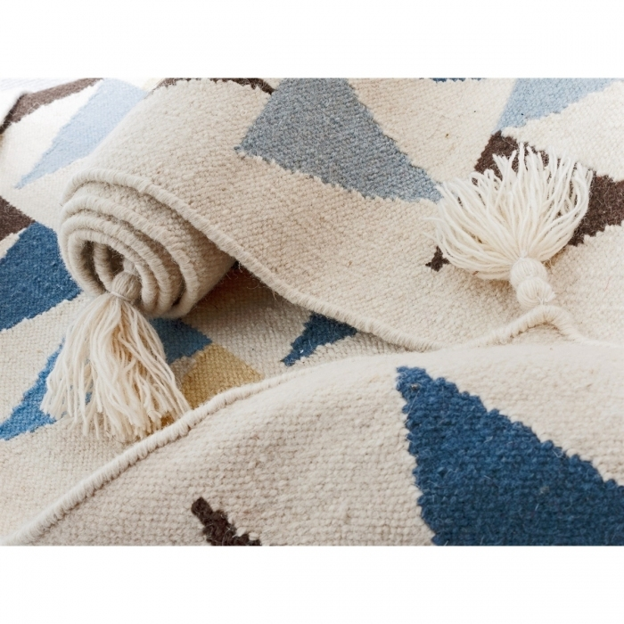 Detail-tissage-tapis-kilim-triangle-bleus